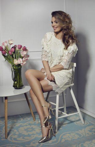 Elegancka sukienka koronkowa z żabotem ecru