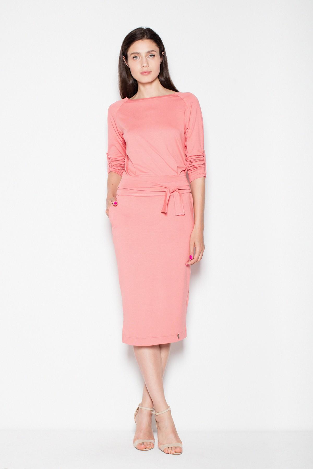 429e800e84ee09 Sukienka ołówkowa midi wiązana w pasie koralowa sklep E-margeritka.pl