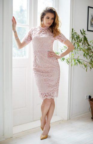 Sukienka taliowana z koronki puder róż