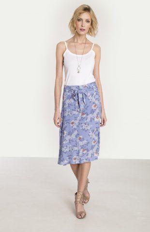 Rozkloszowana wiskozowa spódnica z nadrukiem niebieska. Kwiatowy motyw jest obecnie na czasie i króluje w modowych kolekcjach wiosna/lato 2018.