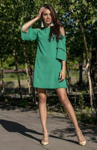 Sukienka z falbanami odsłaniająca ramiona