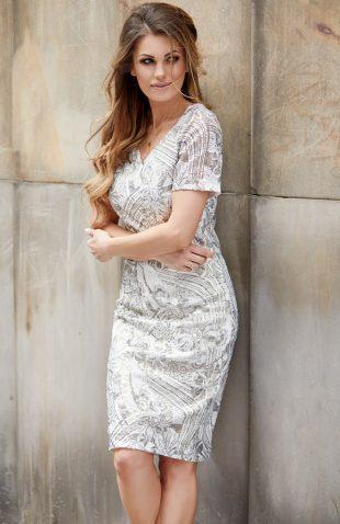 Elegancka sukienka w kwiaty za kolano