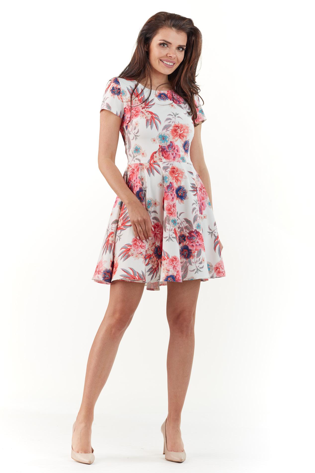 Sukienka mini na lato w kolorowe kwiaty