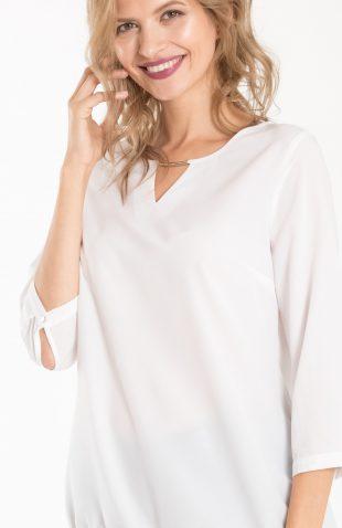 Elegancka bluzka z dekoracją przy dekolcie, z nowej jesiennej kolekcji 2018. Bluzka o prostym kroju, z ozdobą przy dekolcie, która nadaje całości eleganckiego charakteru.