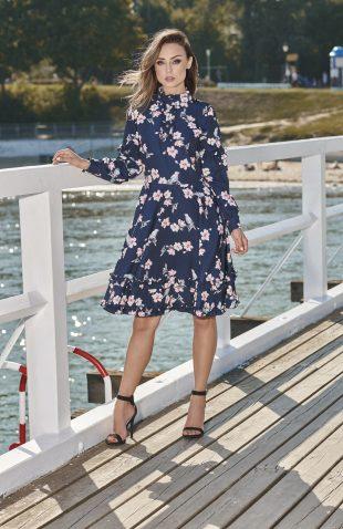 Elegancka rozkloszowana sukienka z falbanami