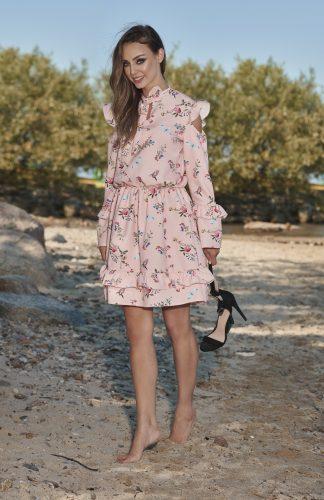 Elegancka sukienka z długim rękawem i z wyciętymi ramionami