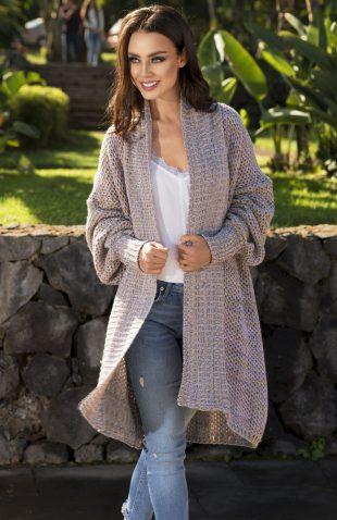 Kolorowy sweter oversize z obszernymi rękawami