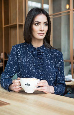 Elegancka delikatna bluzka koszulowa z falbaną groszki