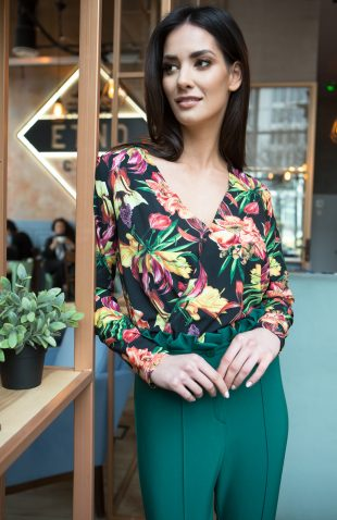 Elegancka delikatna bluzka kopertowa w kwiaty