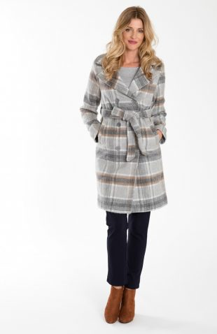 Elegancki płaszcz dwurzędowy w kratę z paskiem