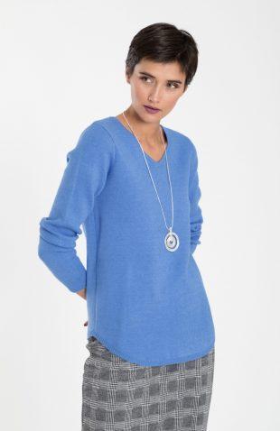 Klasyczny ciepły miękki sweter w serek niebieski