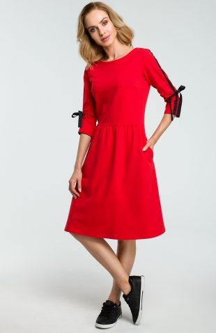 Dzianinowa sukienka do kolan z lampasami