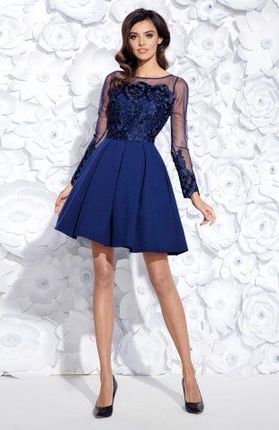 Sukienka wieczorowa rozkloszowana z haftem niebieska