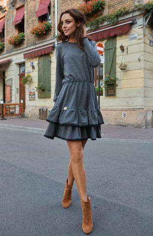 Sukienka casual do kolan z długim rękawem i z falbanami