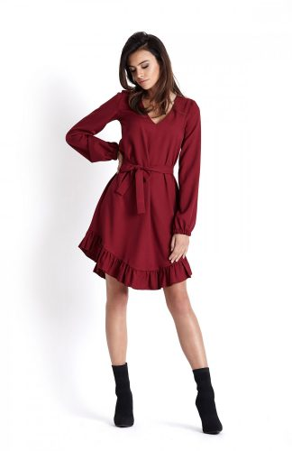 Sukienka o luźnym kroju z falbaną bordo
