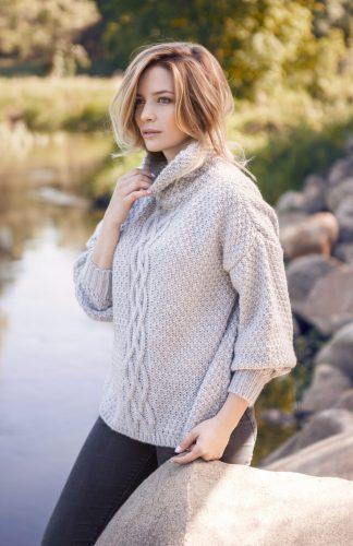 Ciepły obszerny sweter z dużym golfem
