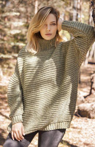 Ciepły gruby sweter o luźnym kroju z golfem