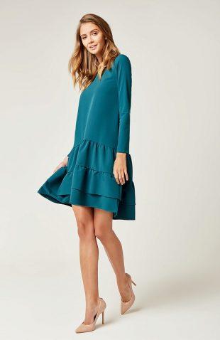 Sukienka o prostym luźnym kroju z falbanami