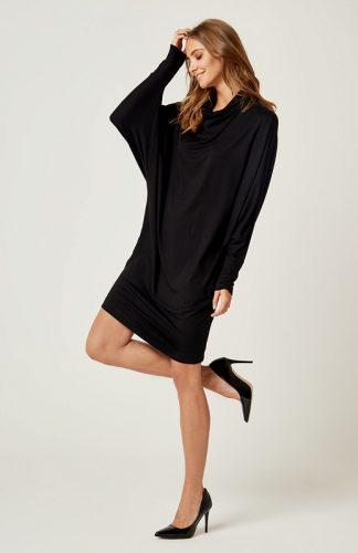 Dzianinowa luźna sukienka z golfem czarna