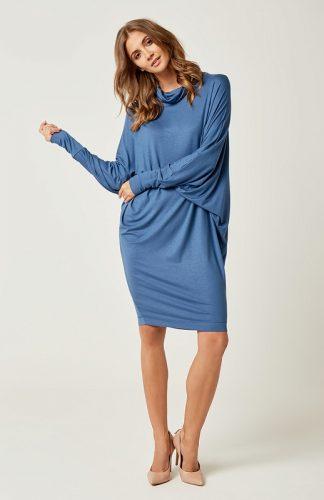Dzianinowa luźna sukienka z golfem niebieska