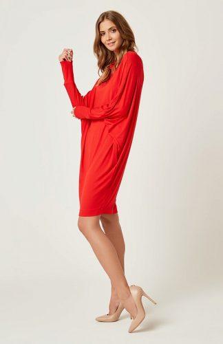Dzianinowa luźna sukienka z golfem czerwona