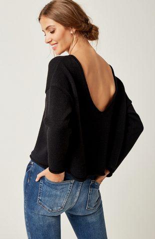 Krótki ciepły sweter z dekoltem na plecach