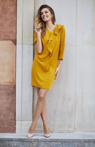 Elegancka sukienka o prostym fasonie musztardowa