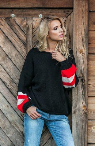 Szeroki krótki sweter z kolorowymi rękawami
