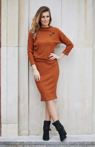 Elegancka dzianinowa sukienka do kolan cynamonowa
