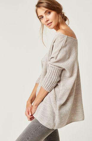 Szeroki miękki sweter odsłaniający dekolt