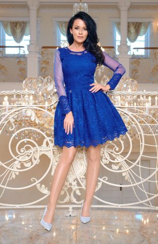 Wieczorowa rozkloszowana sukienka z haftami niebieska