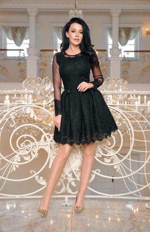 Wieczorowa rozkloszowana sukienka z haftami czarna