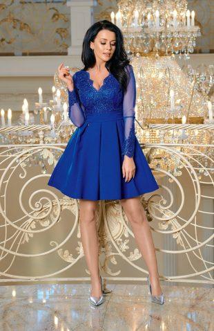 Wieczorowa sukienka z tiulem i z haftami niebieska