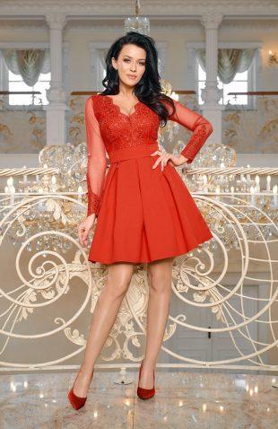 Wieczorowa sukienka z tiulem i z haftami czerwona
