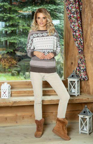 Ciepły sweter o prostym kroju w świąteczne wzory