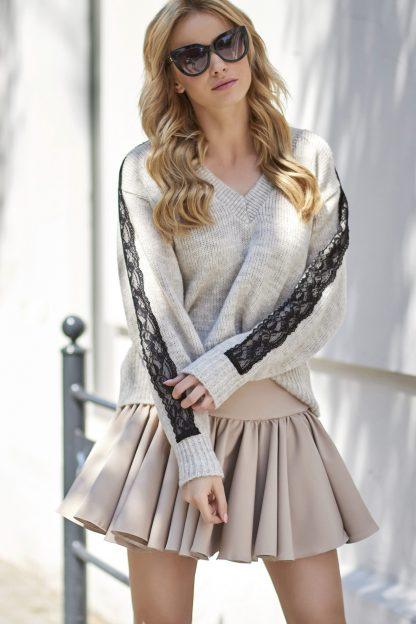 Ciepły sweter w serek z koronką na rękawach