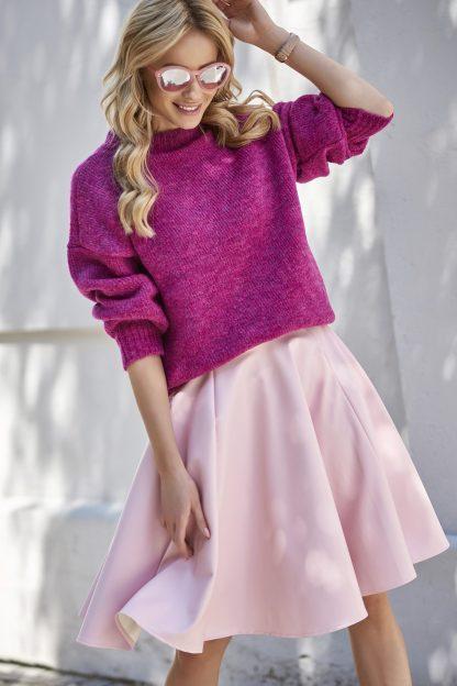 Ciepły krótki sweter z półgolfem o luźnym fasonie, świetna baza do wielu stylizacji. Sweter z półgolfem zapewnia komfort cieplny w zimne dni