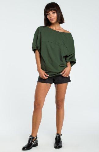 Asymetryczna bluza odsłaniająca ramiona khaki