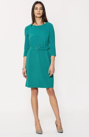 Dopasowana sukienka z prążkowanej dzianiny zielona, z paskiem w talii, podkreśla kobiece kształty. Sukienka o prostym, minimalistycznym fasonie