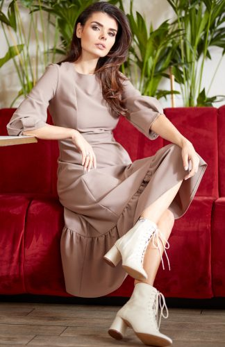Sukienka rozkloszowana midi z falbaną