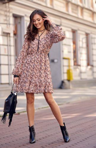Sukienka rozkloszowana w kwiaty przed kolano, to elegancka propozycja na wiele okazji. Dekolt typu V optycznie wysmukla górne partie sylwetki.