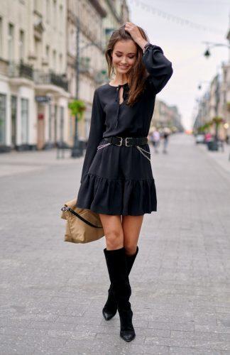 Sukienka z falbanami na dole rozkloszowana czarna