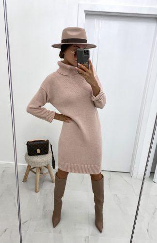 Sukienka swetrowa z golfem ciepła pudrowa