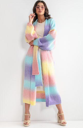 Kardigan do kostek kolorowy z paskiem, idealnie sprawdzi się wiosną. Z powodzeniem zastąpi płaszcz. Przewiązywany pasek podkreśla talię