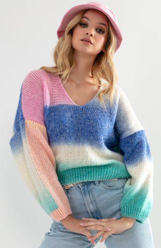 Sweter oversize w serek kolorowy, to lekka propozycja na cieplejsze dni. Wykonany z lekkiej, puszystej przędzy.