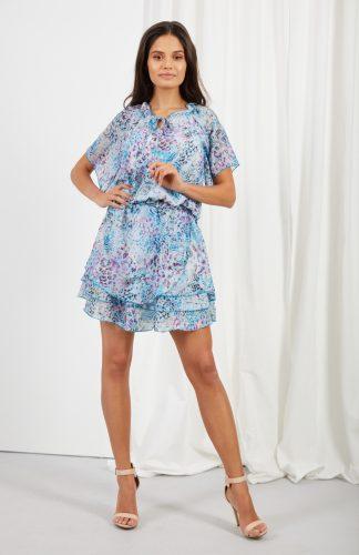 Sukienka z falbanami taliowana na lato