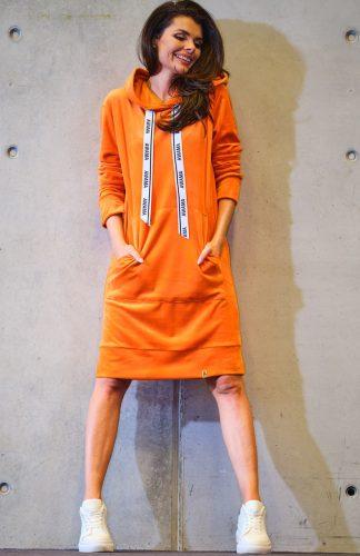 Sportowa sukienka welurowa do kolan z kapturem